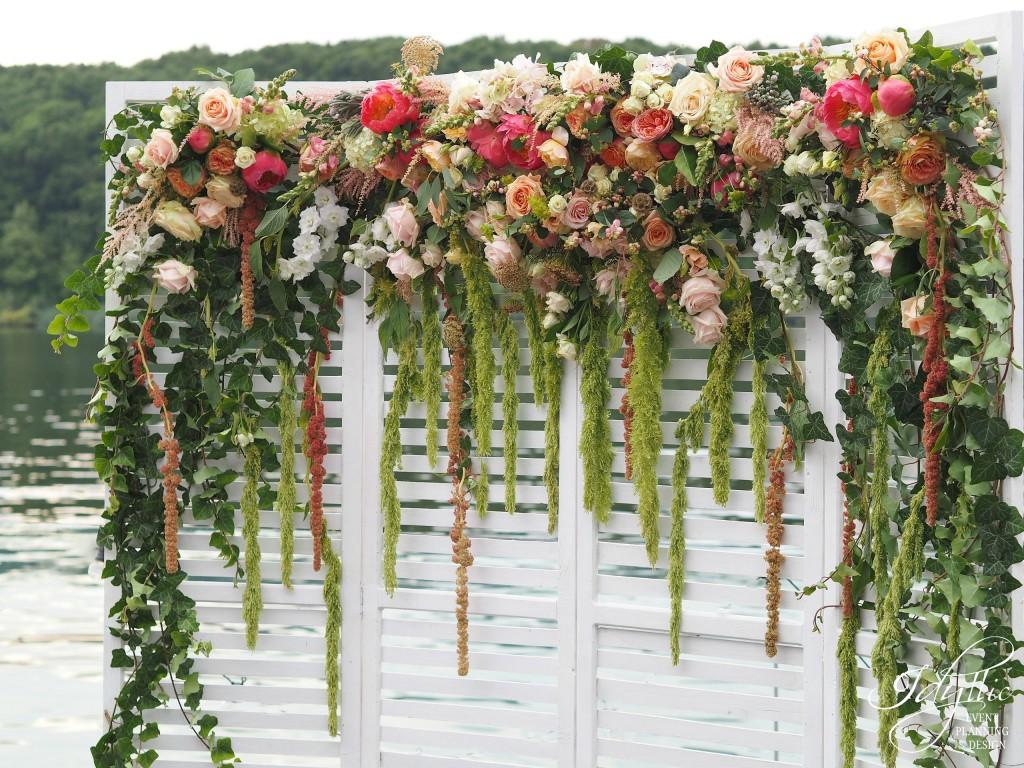 Panou decorat cu flori la club snagov