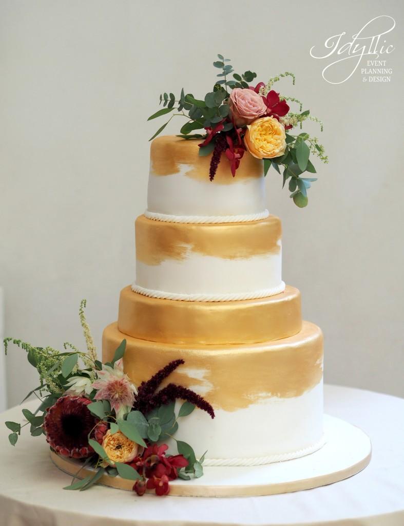 Tort auriu cu flori naturale by Idyllic Events