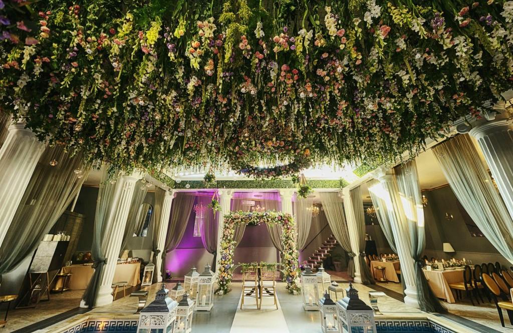 Tavan decorat cu flori naturale