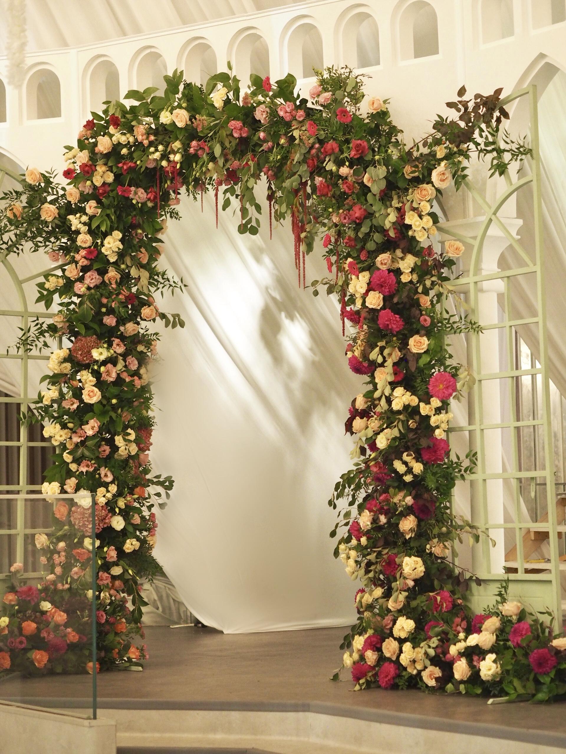 Arcada decorata cu flori, decor floral nunta