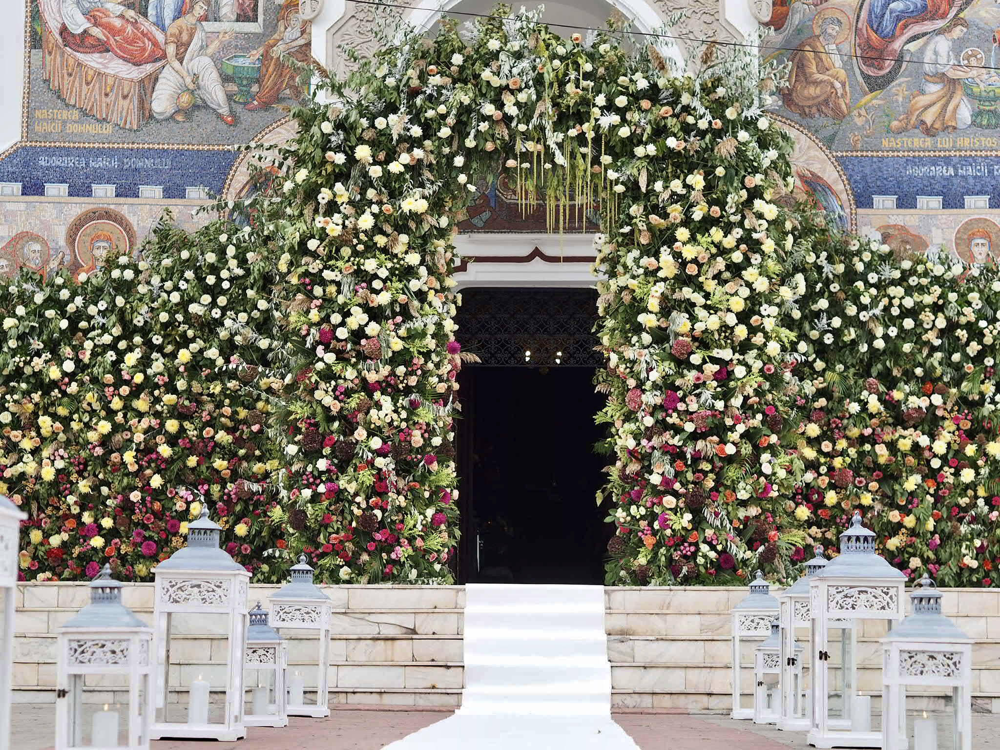 Biserica decorata cu flori naturale